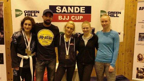GOD START: Beri Rasul (fra venstre), trener Ronny Jevnaker, Linn Ditha Mathisen, Klara Sterbova og Marte Mille etter Sande Open.