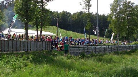 Samler mange: Midtsommerløpene har vært arrangert en rekke plasser i distriktet, blant annet i Storås (bildet). Denne gang er det i Borgeskogen løperne skal bryne seg. Arkivfoto: Privat