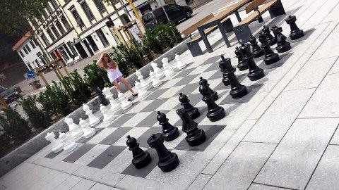 BORTE: Pernilles (8) tur til byen for å spille sjakk med pappa Tim Grov ble ikke helt som forutsett. Den hvite kongen var nemlig ikke å finne.