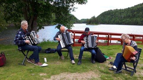 På bildet ser vi fra venstre Håvald Hustuft, Per Ståle Tjentland, Ragnar Skoglund og Åse Burås. Åse er med i toraderklubben i Ramnes.
