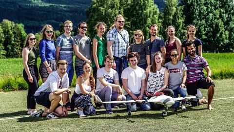 POPULÆRT: Av 449 søkere fikk 17 sommerjobb i Kongsberg Gruppen. Anja Olsen fra Sandefjord er én av de heldige utvalgte som nå utvikler en ny type drone på Kongsberg. Anja er nummer fem fra venstre i bakre gruppe.