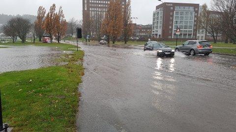 ...MEN SLIK: De to bilistene demonstrerer her perfekt passering av kjempestor vanndam i Strandpromenaden.