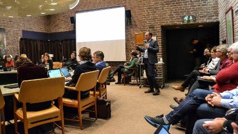 FORMANNSKAPET: Kommunalsjef Simen Seeberg orienterer formannskapet om skolestruktur og en konsulentrapport.