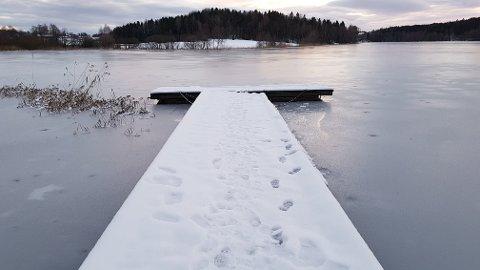 PLUTSELIG VINTER: Isen på Goksjø ser fristende ut, men du bør ennå vente noen dager før du finner fram skøytene.