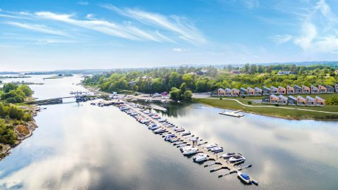 VIKINGSTIL: De 26 fritidsboligene i hyttelandsbyen i Viksfjord blir tatt i bruk neste vinter. (Illustrasjon: New Media Services)