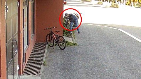 20 SEKUNDER: Det blir stjålet flere sykler i Sandefjord i år kontra i fjor og for denne mannen tok det mindre enn et halvt minutt å stjele sykkelen.