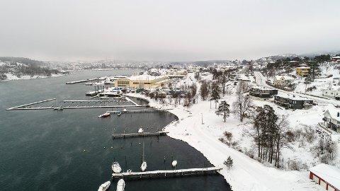 FRAMNÆS: Bildet viser mye av det aktuelle 80 dekar store områder. Den gule murbygningen tilhørerer Framnæs Maritime Senter. I nederste h. hjørne båtforeningen på Langestrand.