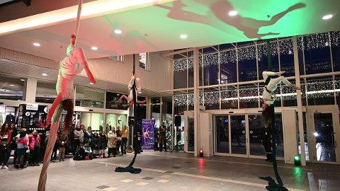LUFTIG FEIRING: Lørdag kunne handlene kunder på Hvaltorvet få oppleve luftakrobatikk fra akrobater tilknyttet Stella Polaris.