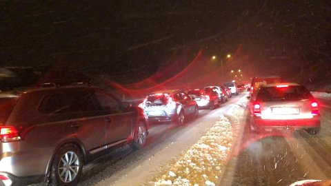 BEREGN LENGRE TID: Meteorologisk institutt frykter utfordrende kjøreforhold de neste to dagene. Beregn lengre tid til jobb mandag morgen, oppfordrer meteorologen.