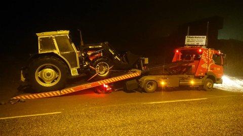 HENTES: Etter at traktoren bel funnet på Hvasser og politiet hadde sikret sine spor, ble den hentet og kjørt tilbake til Sandefjord av Falck Redningstjeneste.