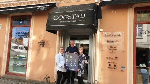 NYE TRENDER: Daglig leder Ole Espen Olsen i Gogstad Menswear deltar i trenduka. Her ser vi ham sammen med markedskoordinatorene Marianne W. Firing (til venstre) og Inger-Anne Hem-Andersen.