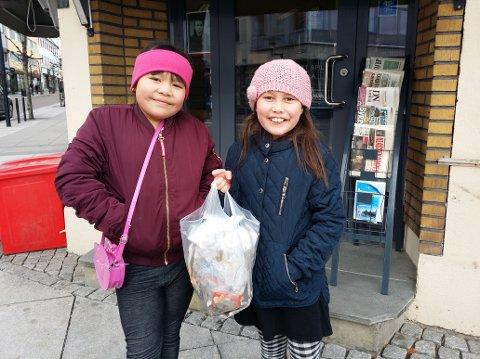 MOTIVERTE: Celina Trinh (t.v.) og Marielle Tobiassen fikk en forbipasserende til å ta dette bildet av dem. Da hadde de så vidt begynt med sin spontane søppelplukking i byen.