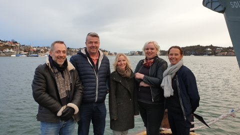 GOD IDE: Alle som hører om planene til Sandefjord Dykkerklubb, mener dette er en svært god ide. Alle ønsker en renere fjord, med et godt maritimt miljø. Her ser vi fra venstre Gunnar Horn, Jarle Grytten (Dykkerklubben, Susann Angell (Røde Kors Ungdom), Henriette Elnan Steinsholt (uavhengig politiker) og Hanne Børresen Johansen (Høyre).