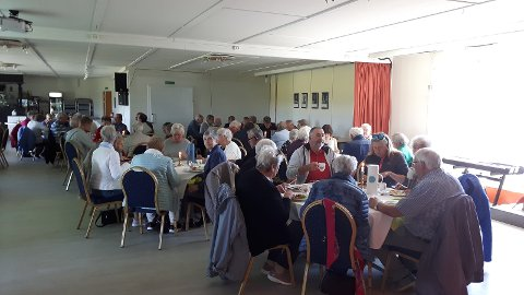 Andebu Pensjonistforening inntar lunsj på Furu Egg.