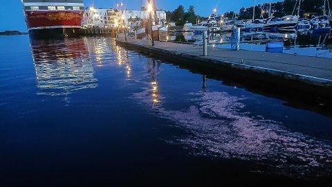 STØV: Tipseren som tok bildet, mener støvet i vannet kommer fra noen arbeidere som slipte av maling på Fjord Line. Konsernsjefen i rederiet vil ikke si sikkert at det er dem som har gjort det.