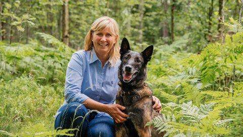 FLÅTT: Veterinær Charlotte Søyland anbefaler hunde- og katteeiere å sjekke seg selv og husdyret for flått gjennom hele flåttsesongen.