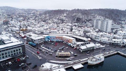 KILGATA: Den stekert trafikkerte Kilgata danner en barriere mellom fjorden og bebyggelsen. Før Carlsenkvartalet (midt på bildet) bygges ut, bør veien legges under bakken, samtidig som det utarbeides en plan for hele området fra Stub til indre Kilen, mener SV, Venstre og KrF.