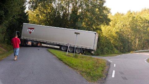 FAST: Her i krysset Østre Råstadvei/Skårenveien ble det full stopp for denne traileren..