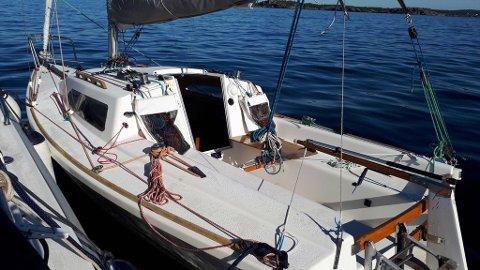 FUNNET: Denne seilbåten ble funnet drivende ved Stauper