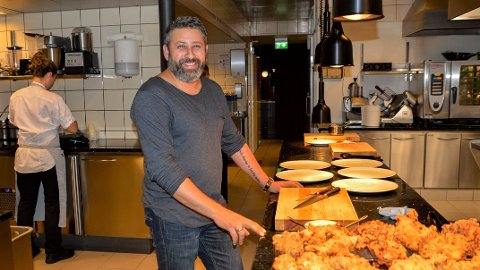 NYTT TILBUD: Daglig leder Steven Bassili på restauranten Huset tilbyr nå hjemlevering av lunsj og middag til folk på hjemmekontor.