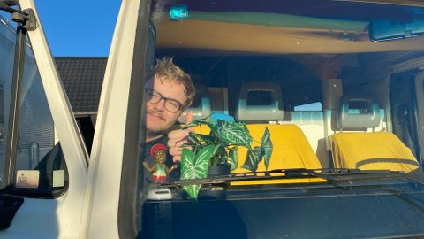 BER OM HJELP: Artisten Caravan Joe håper på økonomisk bistand, slik at han kan fortsette nettopp som Caravan Joe - og ikke bare Joe. FOTO: Privat