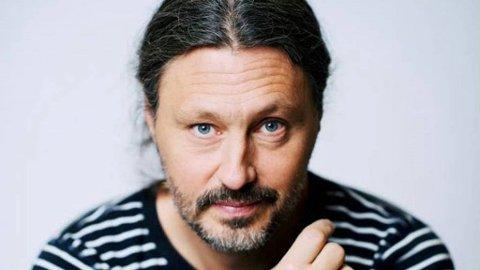 VARM SVENSKE PÅ BESØK: I 2014 varmet han opp for Bjørn Eidsvåg i et fullsatt Oslo Spektrum, og det er langt mellom de gangene 9.000 mennesker er så lutter øre som når Oscar Danielson presenterer sitt låtunivers . Kort tid etter opptrådte han på NRKs «Lindmo», og igjen både begeistret og fascinerte han det norske folk. PRESSEFOTO
