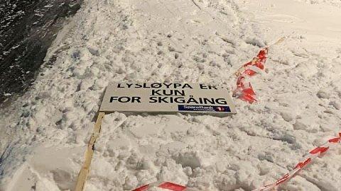 RIVES NED: Det har ikke hjulpet å sette opp skilt og sperringer i skiløypene på Runar. Folk som vil ake river over sperringer og slenger skiltene til siden. Nå vet ikke skigruppa hva de skal gjøre.