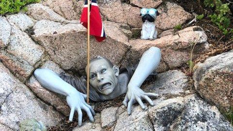 UVANLIG: Denne zombiefiguren har forsvunnet fra hytte til Svein Lande. Den har stått utenfor hytte hans i over ti år.