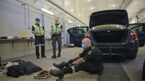 """REALITY: Tollinspektør Hans-Kristian (nærmest) og kollegene blir å se i TV 2 serien """"Toll"""" utover våren."""