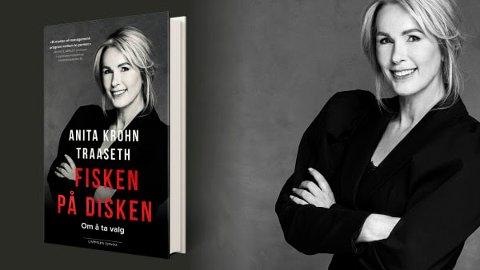 """PÅ TOPP: Cappelen Damm skriver at AnitaKrohn Traaseth gir oss innblikk i hvor hun henter energi, og hvorfor hun mener det av og til er viktig å gjøre ting du aldri hadde forestilt deg at du kom til å gjøre. I den ferske boka """"Fisken på disken"""" forteller hun om krevende endringsoppdrag i Innovasjon Norge i 2014–2019. Årene som på mange måter også var opptakten til den største omstillingen av norsk økonomi i nyere tid. PRESSEFOTO: Truls Qvale"""