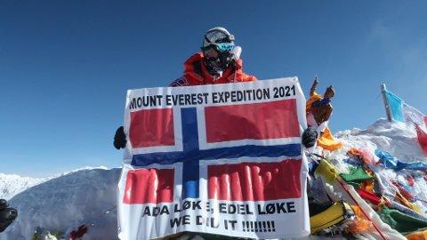 Hyllet døtrene: I firetida natt til tirsdag nådde Frank Løke toppen av Mount Everest og kunne ta fram flagget hvor han hadde døtrene Ada og Edel «med seg».
