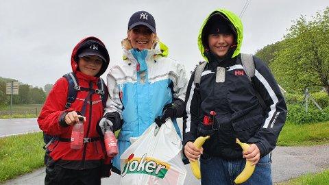 DELTE UT: Christian Garlie Andersen (19), Lise Garlie Andersen og Philip Garlie Andersen (12) delte ut bananer og smoothie.