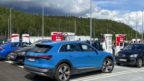 En ny rapport fra NAF peker på at det mangler svært mange hurtig- og lynladere langs norske veier. Og det er særlig langs hovedfartsårene problemene er størst.