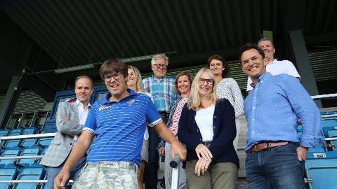 NY KLUBB: Dette er styret i den nye klubben Sandefjord Fotball Kvinner, med styreleder Helge Krossøy nederst til høyre i bildet. Fredag ble det bestemt at det skal stiftes nytt lag.