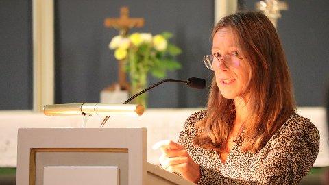 TALTE: Nina Danielsen var en av talerne på samlingen «Du er ikke alene» i Sandefjord kirke søndag. Hun mistet sønnen sin i selvmord for fem og et halvt år siden.