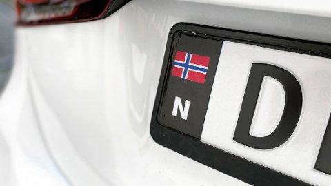 Nå kan du straffes med bot på 3.000 kroner, dersom du kjører med uoriginalt nasjonalitetsmerke.