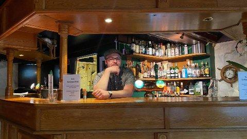 BARTENDER OG MUSIKER: Tor-Magnus Sandbekk bor i Stokke og jobber som bartender på Naustet pub i Åsgardstrand. Han jobber også i en musikkforretning i Horten og er musiker selv. Nå kritiserer han manglende smittevernlettelser for skjenkesteder.