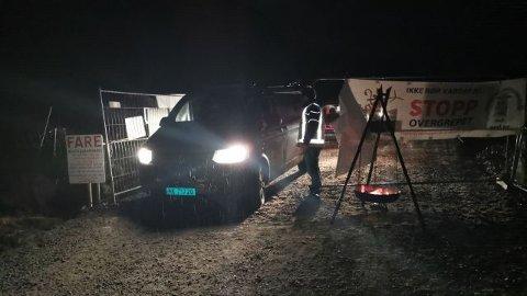 Motstand SørVest slapp ut en gjeng arbeidere som var ferdige for kvelden. Aksjonistene varsler at porten nå er stengt for godt.