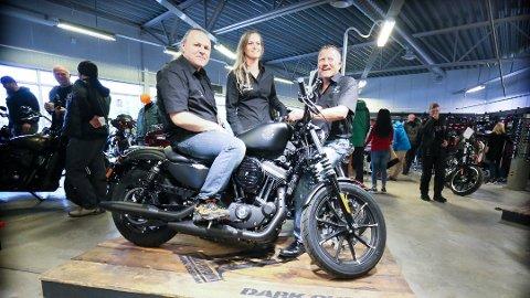 SLUTT FOR HD: Avdelingen som selger Harley Davidson på Arena MC er dessverre historie. Her er Kenneth Østberg, Linn Kant og Jan Sekse på åpningen for Arena MC 28. april, 2019.