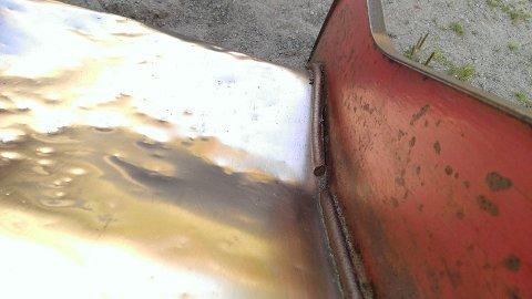 [b]SKARP:[/b] En rustet metallstang løsnet fra rutsjebanen og stakk ut mot midten. Datteren til paret kom hjem med ett dypt kutt i benet fra denne. - Vi har sett at noen barn liker å rutsje med hodet først, sier Monastyrev.