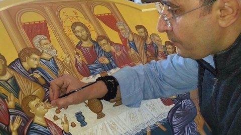 IKON-UTSTILLING: Syriske Ossama Mossleh stiller ut ikon i Hana kyrkja tysdag. Han er ikon-malar, og for tida flyktning i Tyskland.