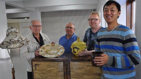 UTSTILLING: Sundag opnar ei utstilling om Sandnes si keramikkhistorie ved Kinokino. Torkel Alsvik (t.v.), Kurt Klausen, gallerileiar Jan Kjetil Bjørheim og utstillingskurator Øyvind Arnestad Nilsen. Torkel Alsvik (t.v.) og Kurt Klausen har begge jobba i keramikkindustrien.