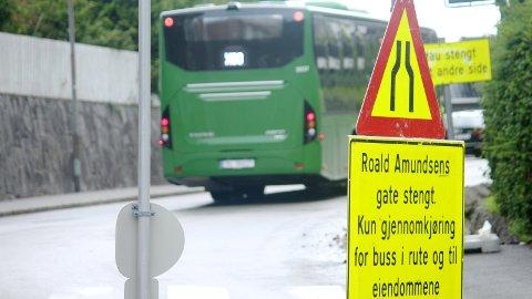 STENGT: Dette skiltet møter nå bilister som vil kjøre gjennom trafikkerte Roald Amundsens gate.