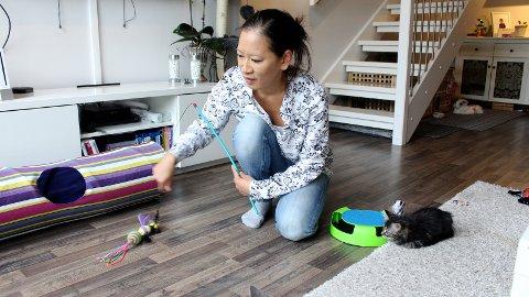 FOSTERHJEM: Elisabeth Lund har blitt knyttet til de tre kattungene som for tiden bor hjemme hos henne.