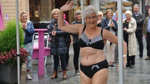 OPNING: Fredag opna undertøysbutikken «Kaja-Det lille under» i Langgata. Brystkreftopererte Wenche Aanonsen var ein av dei som eigde catwalken.