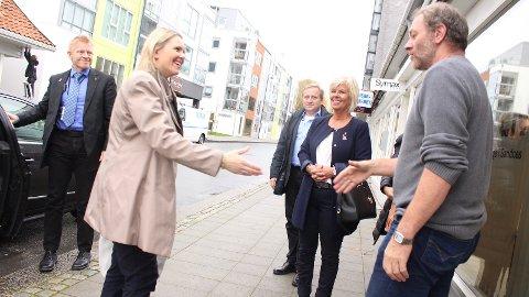BESØKTE BYPRESTENE: Innvandrings- og integreringsminister Sylvi Listhaug (Frp)besøkte torsdag Byprestene i Sandnes. Byprest Rune Skøyen hilser på.
