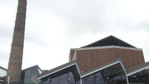 TILDEKT TOPP: Pipa ved kulturhuset er halvannan meter kortare enn det ho var tidlegare.