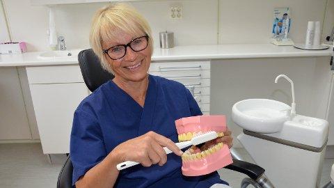 [b]GLAD[/b]: Tannpleier Karin Aspmo er ofte på Funkishuset for å hjelpe brukerne med å ta vare på egen tannhelse. Nå er hun og Sandnes tannklinikk belønnet med årets Funkispris.