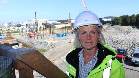 I RUTE: Prosjektleder Nidunn Sandvik hos IVAR ser et av Europas mest moderne søppelsorteringsanlegg bli til i bakgrunnen.
