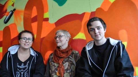 UNGDOM: –Vi gamle vil vite hvordan ungdommen tenker, sier Gro Eriksen fra Internasjonal Kvinneliga for Fred og Frihet (midten), flankert av Cornelia Stenfelt, og Eirik Nordbø.